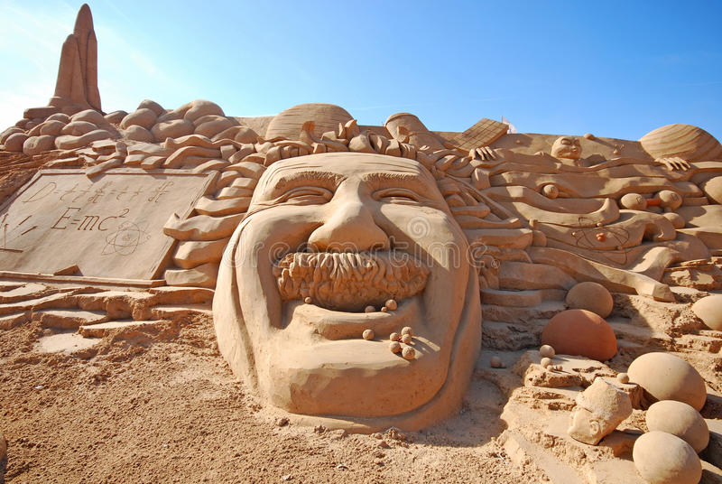Fantastische Sandskulptur mit Kopf von Einstein lizenzfreies stockfoto