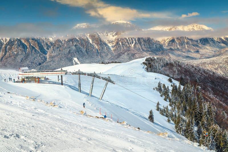 Fantastische skitoevlucht en de winteraantrekkelijkheid, Azuga, Prahova-vallei, Roemenië stock foto