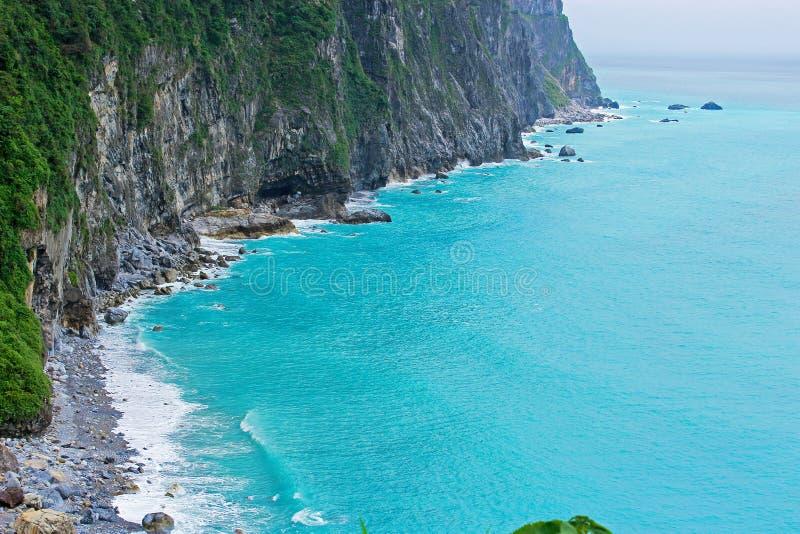 Fantastische smaragdgroene overzees met de wilde klip in Vreedzame oceaan, Hualian, Taiwan royalty-vrije stock afbeelding