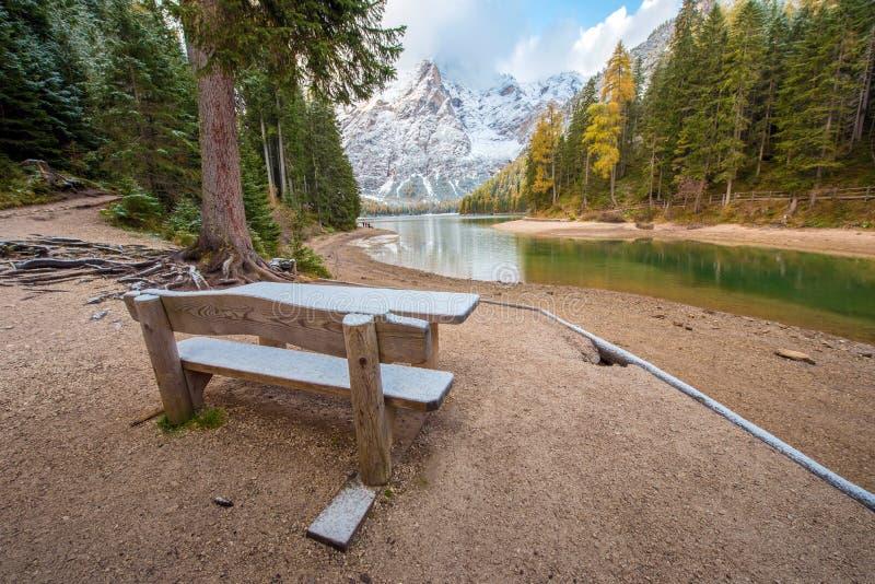 Fantastische Szene mit schneebedeckten Tabellen und Bänke nahe dem ri stockbild