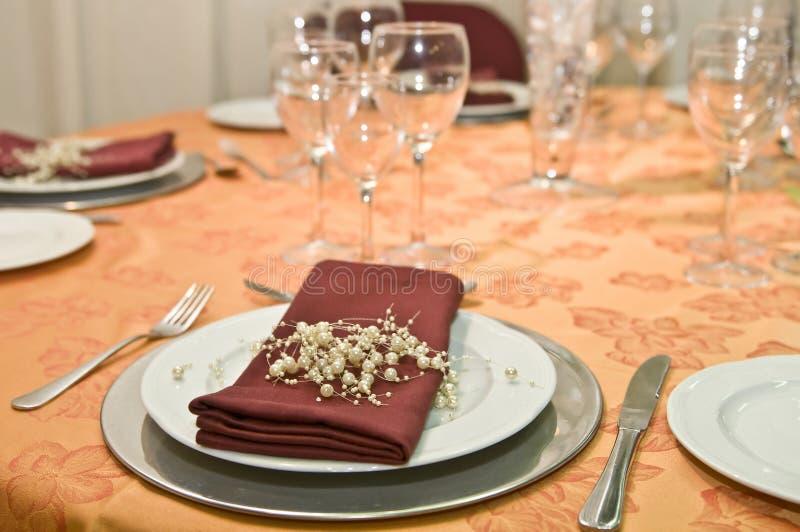 Fantastische Tabelle eingestellt für eine Hochzeitsfeier lizenzfreies stockbild