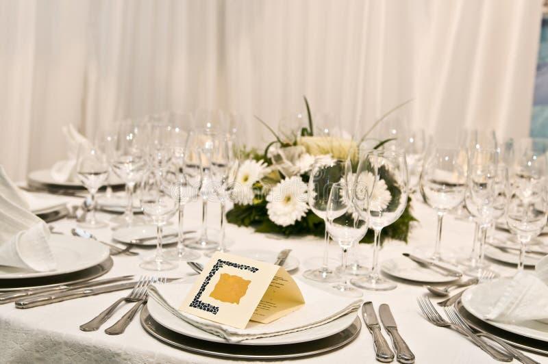 Fantastische Tabelle eingestellt für eine Hochzeitsfeier stockbilder