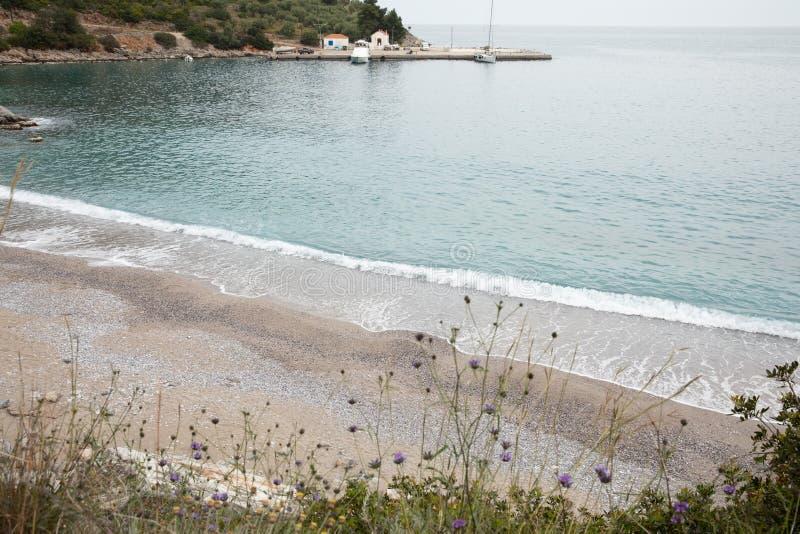 Fantastische turkooise glasheldere water, zand en kiezelstenen van het strand van Agia Kyriaki in het dorp van Kiparissi Lakonia, stock fotografie