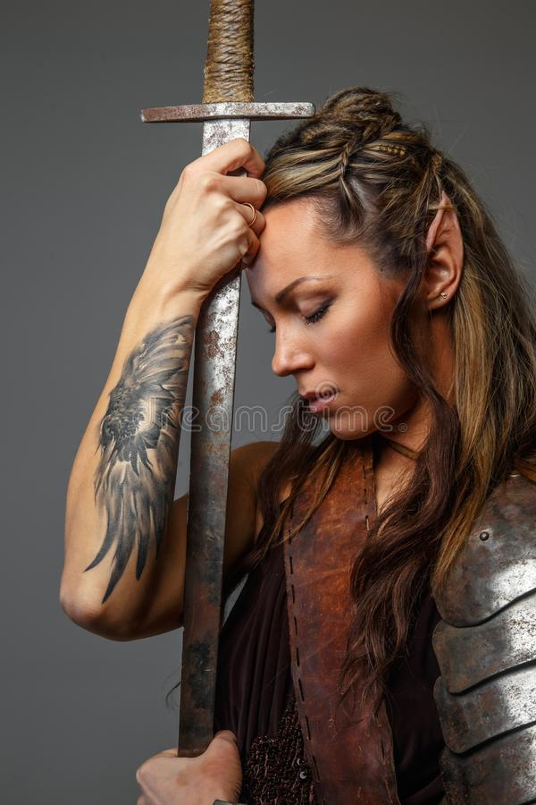 Fantastische vrouwenstrijder met zwaard stock foto