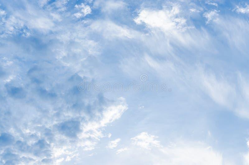 Fantastische weiße Wolken des Himmels gegen lizenzfreie stockbilder