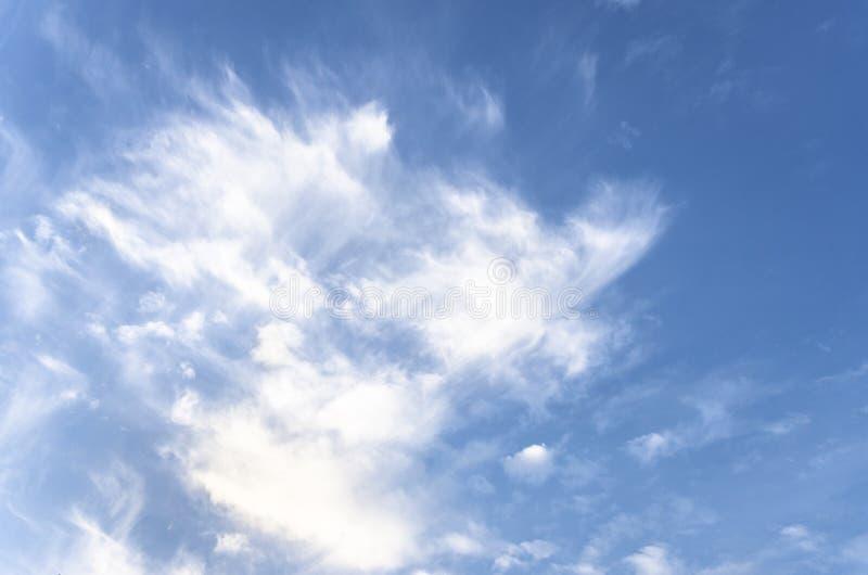Fantastische weiche weiße Wolken des Himmels gegen stockbilder
