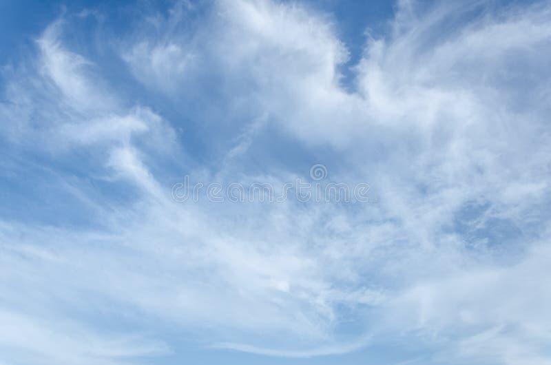 Fantastische weiche weiße Wolken des Himmels gegen lizenzfreie stockfotos