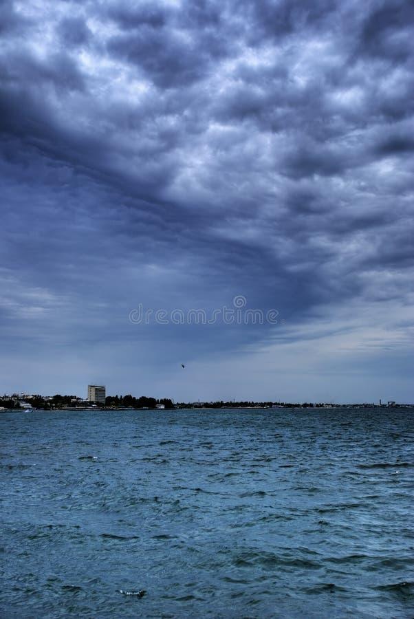 Fantastische wolken boven oceaan royalty-vrije stock afbeelding