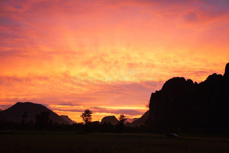 Fantastische wolken en zonsonderganghemel Kleurrijke hemel Landschapslandschap royalty-vrije stock afbeeldingen