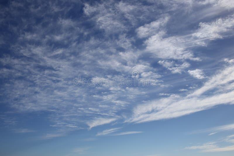 Fantastische zachte witte wolken tegen blauwe hemel stock afbeelding