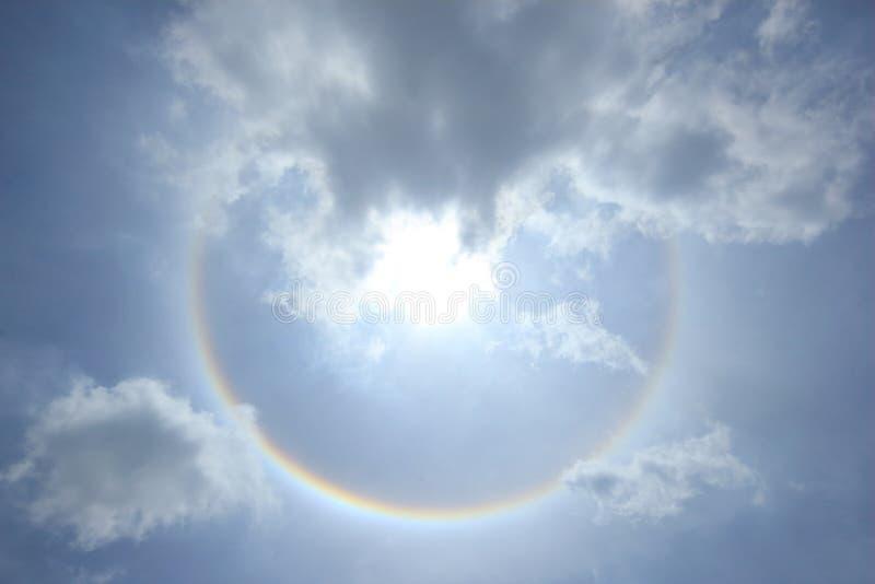 Fantastische zonhalo met wolk en hemelachtergrond, Fenomeen van aard stock foto