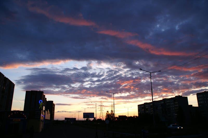 Fantastische zonsondergang en donkere wolken met een rode pijl royalty-vrije stock fotografie