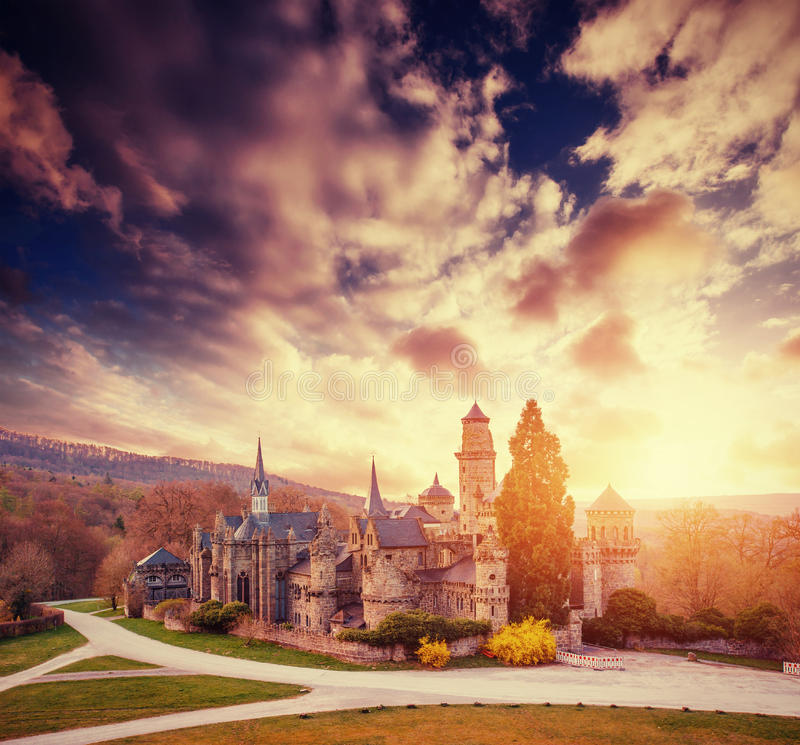 Fantastische zonsondergang met cumuluswolken over het oude kasteel stock foto
