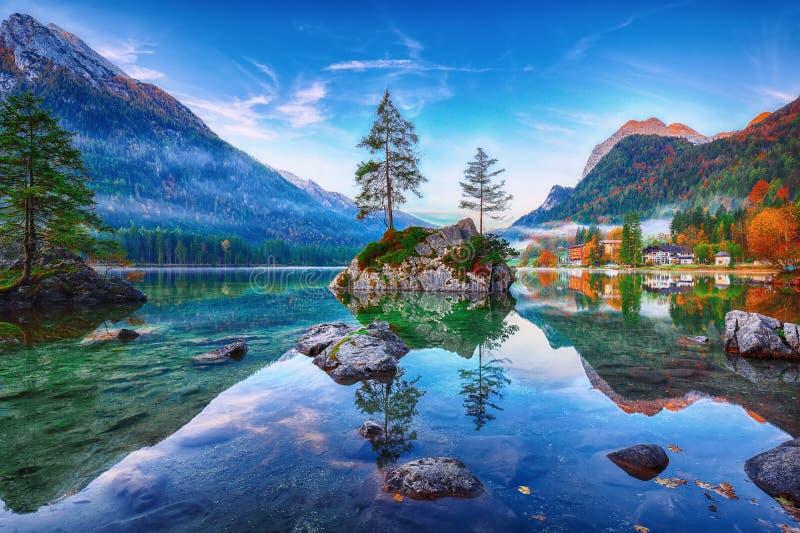Fantastischer Herbstsonnenaufgang von Hintersee See Klassische Postkarte konkurrieren lizenzfreies stockbild