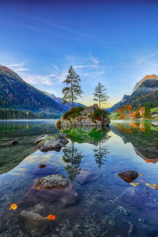 Fantastischer Herbstsonnenaufgang von Hintersee See Klassische Postkarte konkurrieren lizenzfreie stockfotos