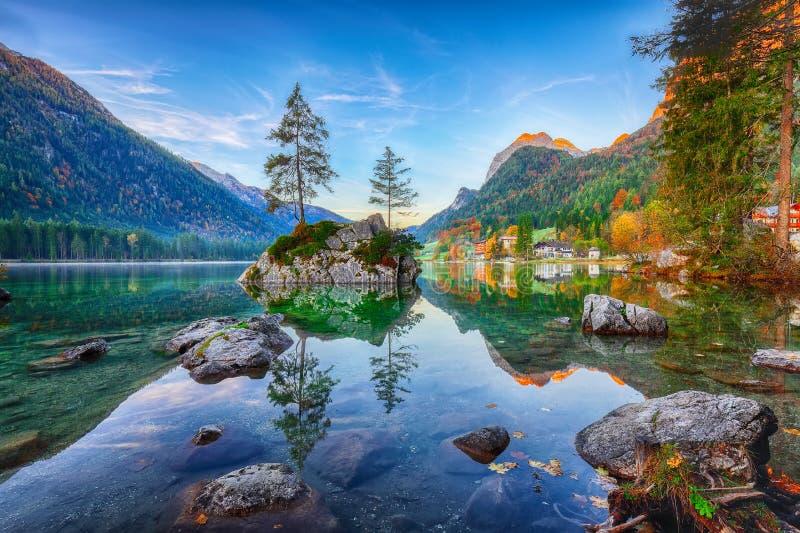 Fantastischer Herbstsonnenaufgang von Hintersee See Klassische Postkarte konkurrieren lizenzfreie stockbilder