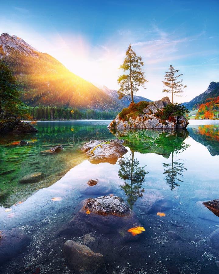 Fantastischer Herbstsonnenuntergang von Hintersee See lizenzfreies stockfoto