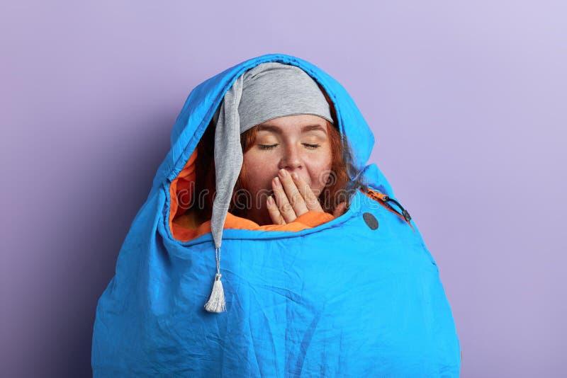 Fantastischer junger Tourist mit geschlossenen Augen, Palme am Mund, lizenzfreies stockbild