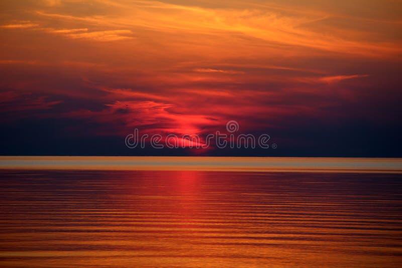 Fantastischer schöner brennender Sonnenuntergang über dem Meer stockfoto