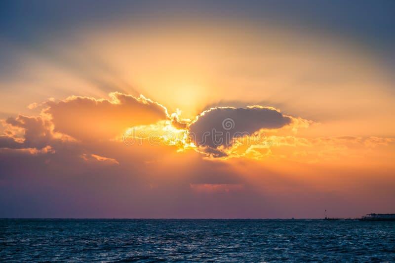 Fantastischer Sonnenaufgang auf dem Meer stockfotografie