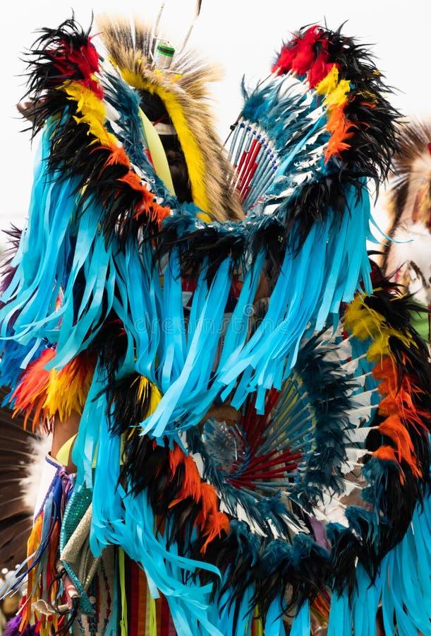 Fantastischer Tänzer am Kriegsgefangen wow mit Türkis-Bändern lizenzfreie stockbilder