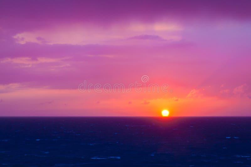 Fantastischer violetter Sonnenuntergang über Mittelmeer stockbild
