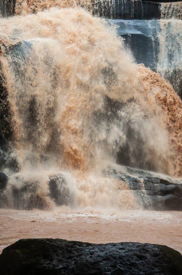 Fantastischer Wasserfall am regnerischen Tag Tad Huang Waterfall ist groß und Überlauf in der Regenzeit Phu Suan Sai National Par lizenzfreie stockfotografie