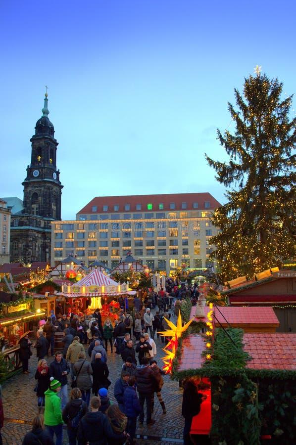 Fantastischer Weihnachtsmarkt stockbilder
