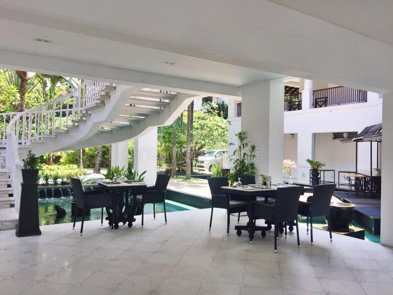 Fantastisches Poolside-Restaurant in Indonesien stockfotos