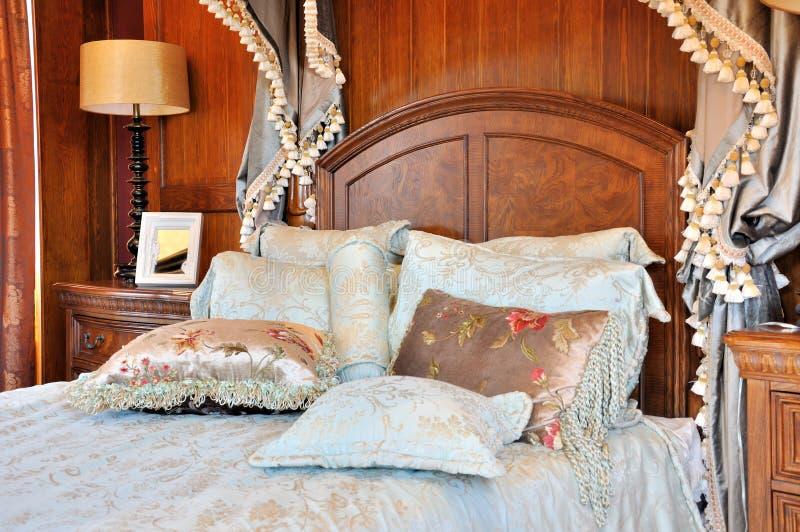 Fantastisches Schlafzimmer mit blumigem Trennvorhang stockbilder