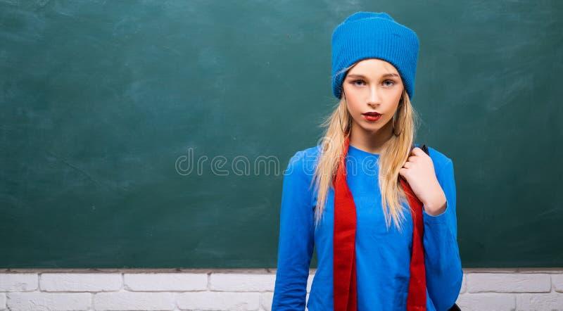 Fantastisches Schulm?dchen Schulmode Sorgloser Jugendlicher Moderner blonder M?dchentafelhintergrund Zur?ck zu Schule lizenzfreie stockfotografie