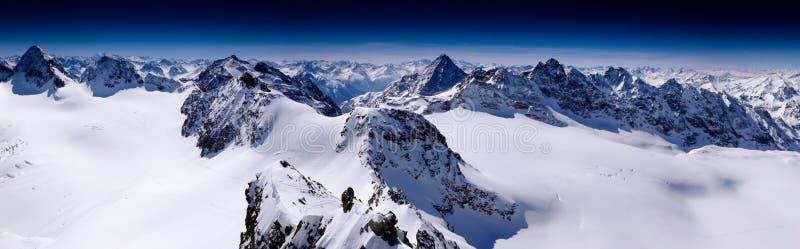 Fantastisches Winterbergpanorama mit Blick auf die hohen Spitzen und die Gletscher der Silvretta-Berge in den Schweizer Alpen auf stockbilder