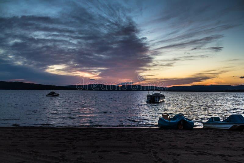 Fantastisk aftonhimmelsolnedgång över sjön på sommartid royaltyfri foto