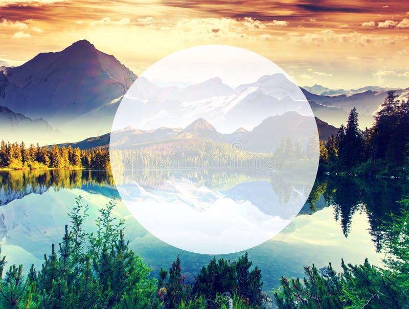 Fantastisk bergsjö royaltyfria bilder