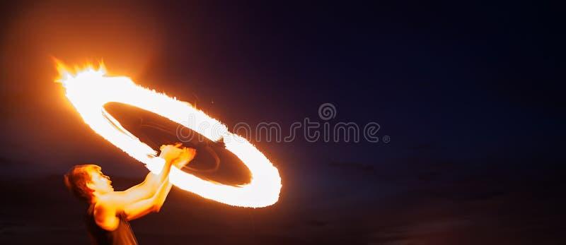 Fantastisk brandShow på natten royaltyfri bild