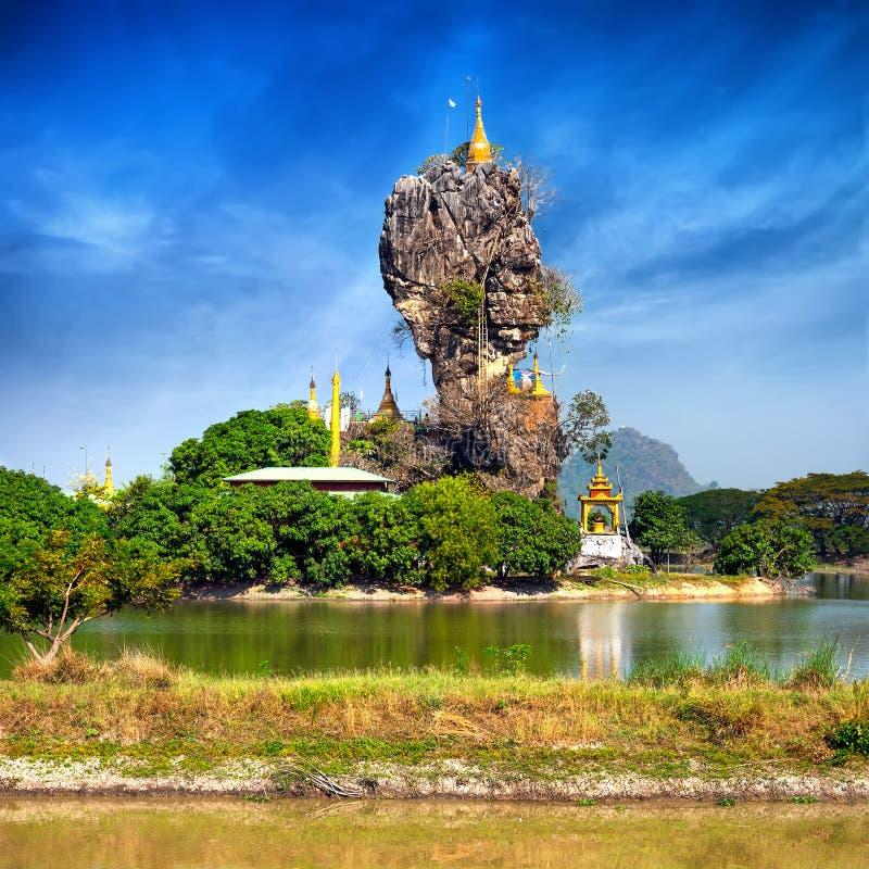 Fantastisk buddistisk pagod i Hpa-An, Myanmar royaltyfri bild