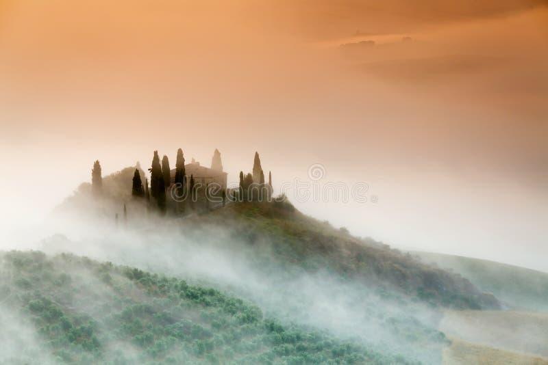 Fantastisk dimmig soluppgång i bygd av Tuscany, Italien royaltyfri bild