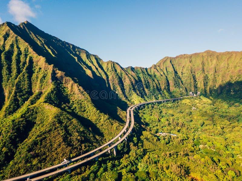 Fantastisk flyg- längd i fot räknatsikt av bergen vid den berömda haikutrappan arkivbilder