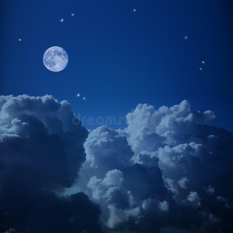 Fantastisk flyg- sikt av natthimmel och månen arkivbild