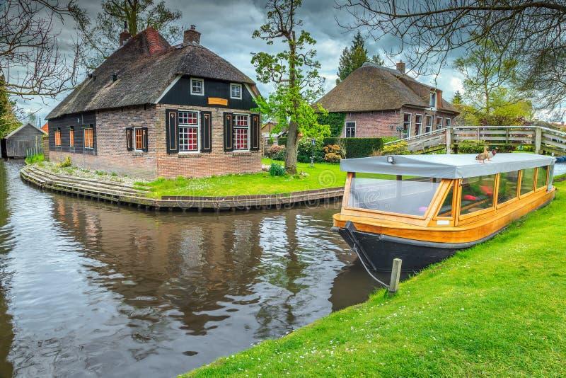 Fantastisk gammal holländsk by med halmtäckte tak, Giethoorn, Nederländerna, Europa royaltyfria foton