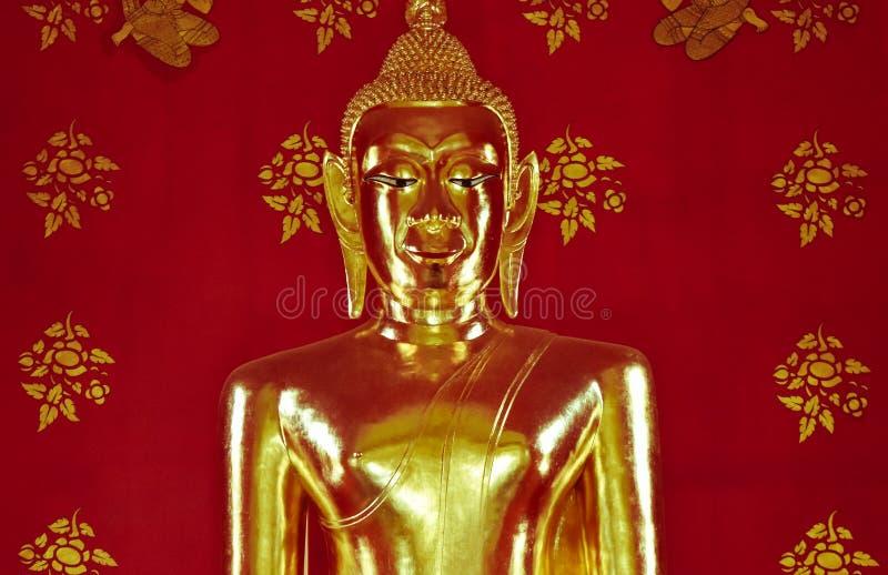 Fantastisk härlig guld- Buddha i kyrkan, Thailand royaltyfria foton