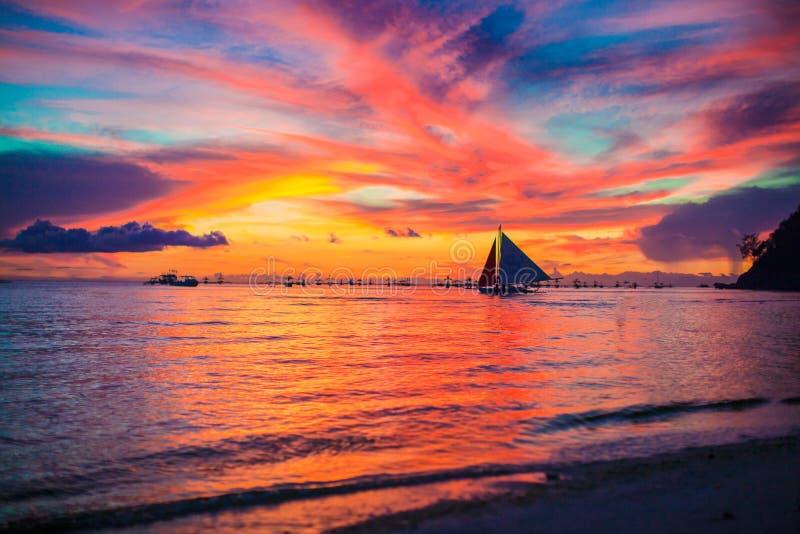 Fantastisk härlig solnedgång på en exotisk karibisk kust royaltyfri bild