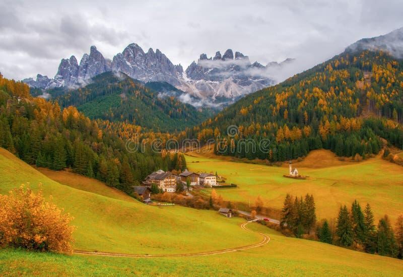 Fantastisk höstsikt av den Santa Maddalena byn, södra Tyrol, Dolomitefjällängar, Italien royaltyfri foto