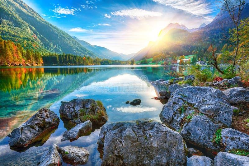 Fantastisk höstsolnedgång av Hintersee sjön arkivfoto