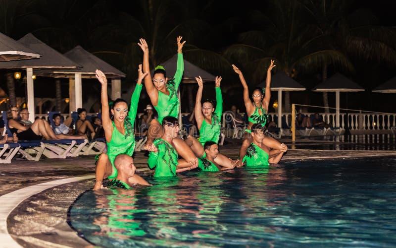 Fantastisk kapacitet av hotellunderhållninglaget på den spektakulära vattenshowen för natt royaltyfri foto