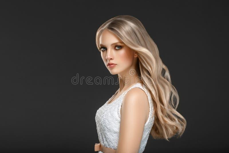 Fantastisk kvinnastående härligt wavy flickahår long Blon arkivbilder