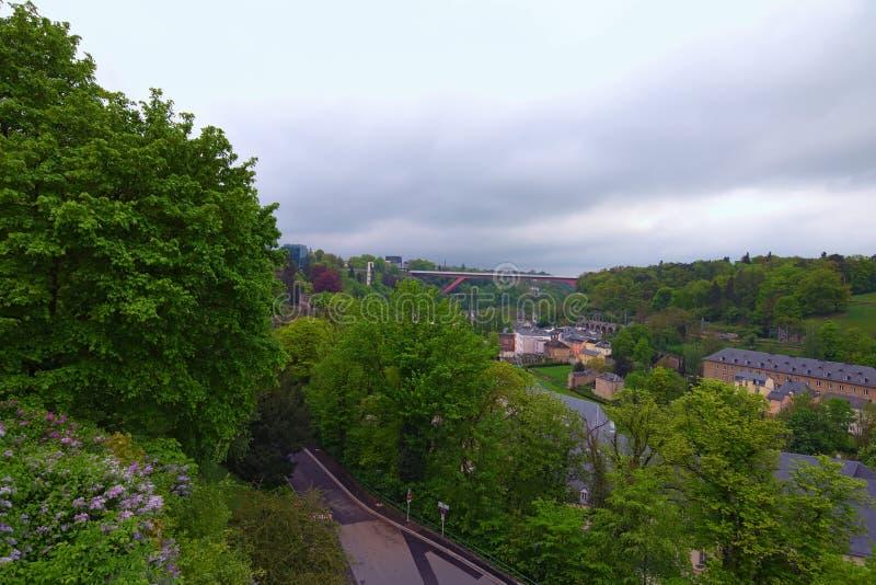 Fantastisk landskapsikt av den gamla stadLuxembourg staden från bästa sikt Storslagen hertiginna Charlotte Bridge på bakgrunden royaltyfri foto