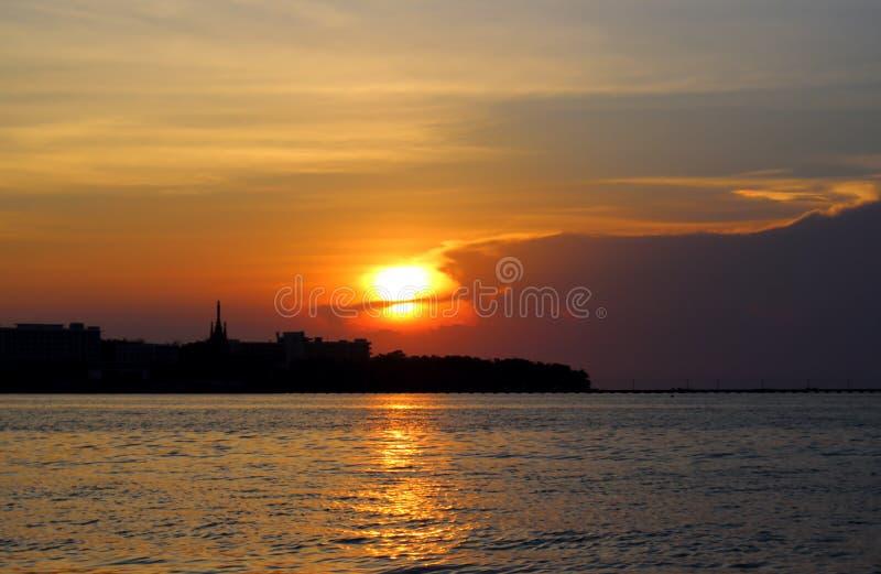 Fantastisk ljus solnedgång på havet royaltyfri bild