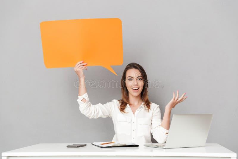 Fantastisk lycklig ung affärskvinna som använder bubblan för anförande för bärbar datordator den hållande arkivfoton