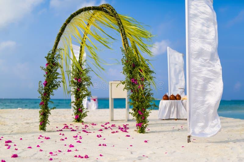 Fantastisk mötesplats för strandbröllop i Maldiverna, begrepp för sommarloppbröllop arkivfoton